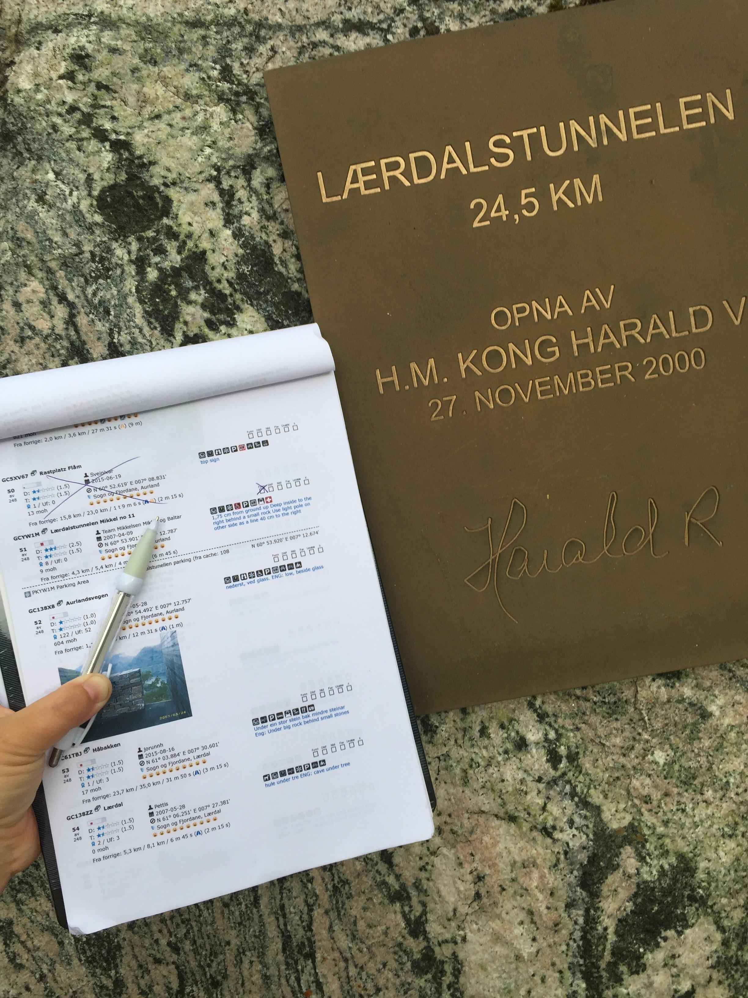 """""""På cachetur i Sogn har vi stor glede av cachetur.no. Her er jeg på vei til cachen utenfor Lærdals-tunnelen, og her hadde jaggu en kjent nordmann signert før meg. #haraldrex #lærdal"""" av FruToft"""
